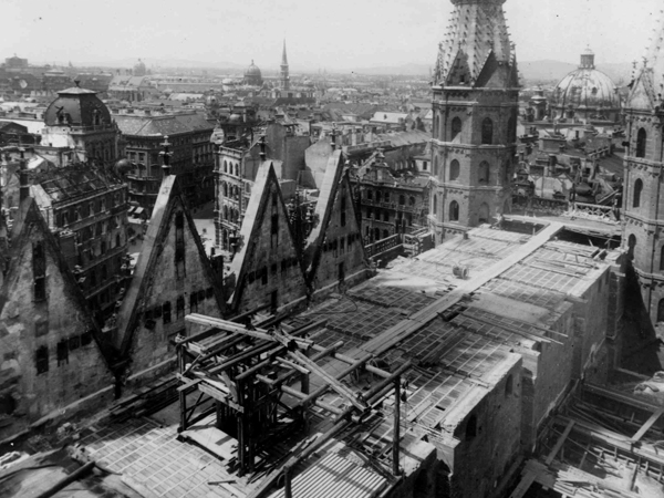 Black and white image of St. Stephen's Cathedral without a roof